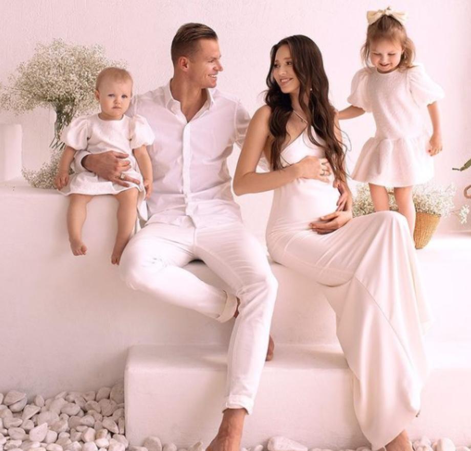 Тарасов с детьми и женой Анастасией Костенко